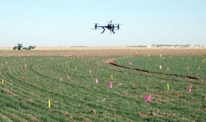 dron sobrevolando una parcela