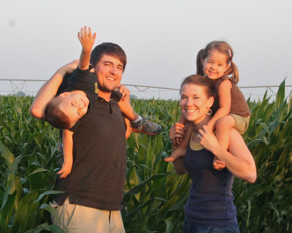 Zach y Anna Hunnicutt son un ejemplo de familias de jóvenes agricultores estadounidenses. Viven en Nebraska con sus hijos Everett y Adeline.